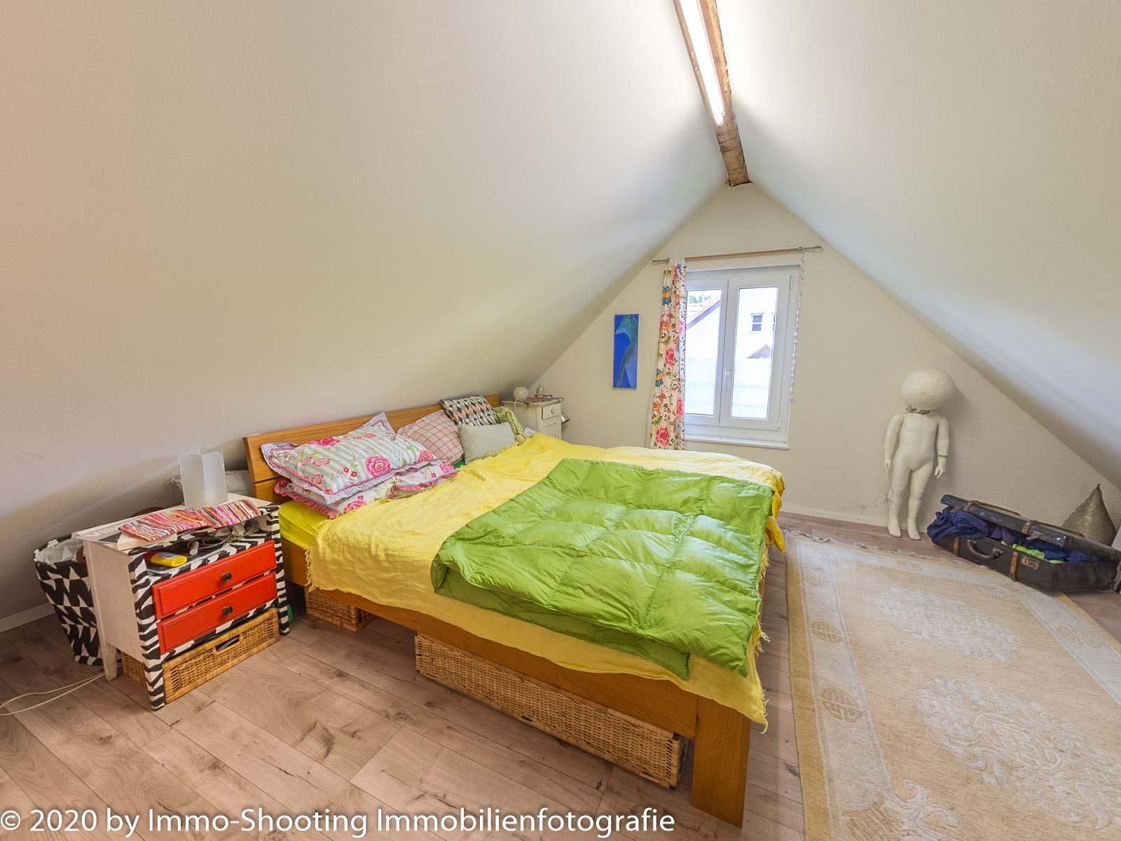 Schlafzimmer im Dachgeschoss-Architekturfotografie ImmoShooting
